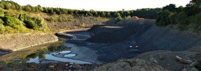 Blick auf die Tongrube, im Hintergrund sieht man den Wald, der der Erweiterung zum Opfer fällt.