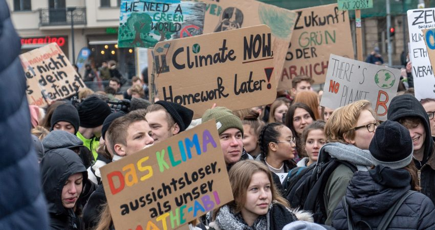 Demonstrierende Schüler mit Pappschildern