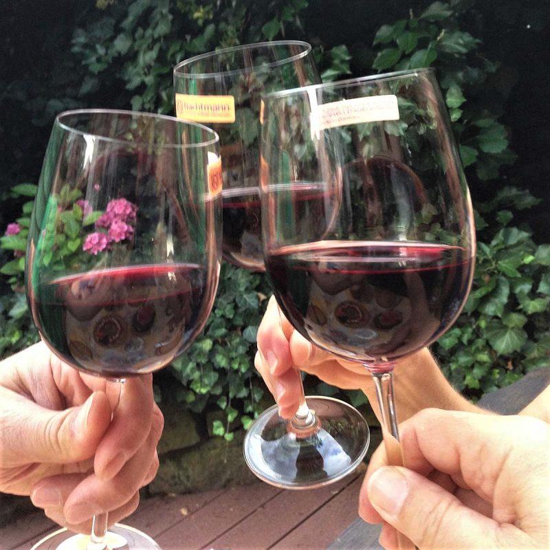 Wir stossen mit drei Rotweingläsern auf unseren sechsten Geburtstag an.