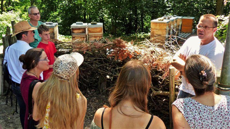 Ein Imker mit Besuchergruppe am Lehrbienenstand Malsch