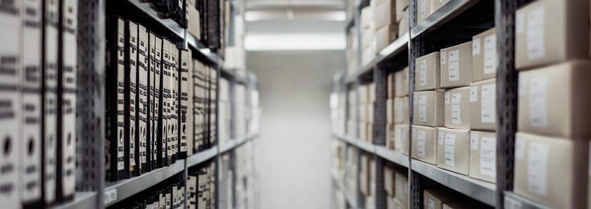 Aktenordner und Kartons in einem Archiv