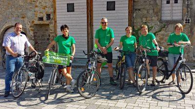 Mitglieder des GreenTeam Malsch mit ihren Fahrrädern startbereit vor der Dorfscheune