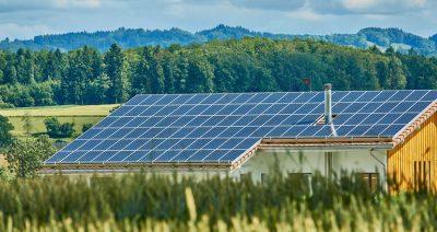 Dach mit Solarpanels