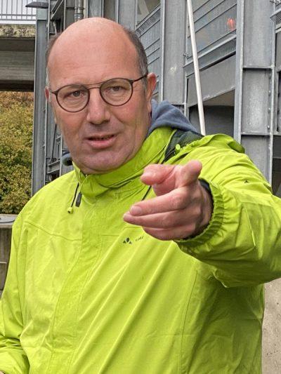 Norbert Knopf zeigt nach vorne